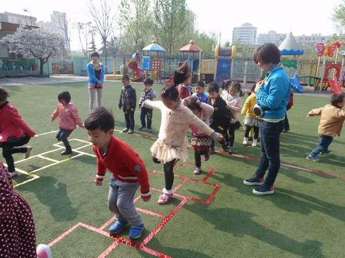 游戏2:喂小动物吃饭 游戏规则:幼儿要站在规定的地方投球,一个接一个